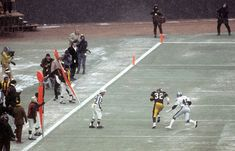 Franco Harris scores a touchdown against the Oakland Raiders Neal Colzie during the 1976 AFC Playoffs. Pitsburgh Steelers, Pittsburgh Steelers Football, Pittsburgh Sports, Steelers Stuff, Football Pics, Football Images, Sports Images, Pittsburgh Pirates, American Football