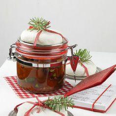 Ingredienti per 6 vasetti da 1,5 dl un kg di polpa di zucca  50 g di uvetta  50 g di pistacchi sgusciati  2 cucchiaini di zenzero in polvere  2 cucchiaini di pepe nero in