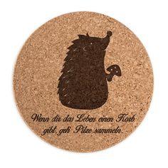 Untersetzer Kork Rund Igel mit Pilz aus Kork  Natur - Das Original von Mr. & Mrs. Panda.      Über unser Motiv Igel mit Pilz  Dieser kleine Stachelfreund liebt die Natur. Er liebt den Wald. Und er liebt es, Pilze zu sammeln. Um Fliegenpilze macht der Igel eigentlich einen großen Bogen. In deutschen Wäldern, in unseren Gärten und auf Wiesen sind Igel unterwegs und rascheln durch die Landschaft. Immer auf der Suche nach Futter.   Der süße Igel ist einer unserer Lieblinge in unserem Shop…