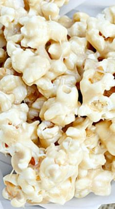 Marshmallow Caramel Corn: This marshmallow coated popcorn is the perfect sweet treat for movie night, or just for fun! Popcorn Recipes, Snack Recipes, Dessert Recipes, Cooking Recipes, Popcorn Snacks, Flavored Popcorn, Candy Recipes, Yummy Snacks, Delicious Desserts