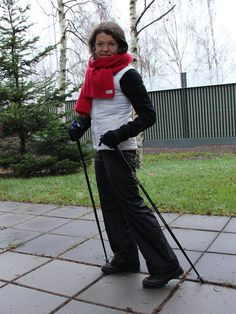 coing out nordic walking red scarf white vest Nordic Walking, Red Scarves, Vest, Suits, My Style, Fashion, Moda, Fashion Styles, Suit