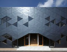 DABURA patterns commercial building full of triangles in japan Triangle House, Triangle Design, English House, Spanish House, Architecture Office, Architecture Details, Facade Design, House Design, Japanese Buildings