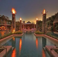 I'm so impressed with pool setting. The Torch on pedestal column really giving a romantic and warm ambience on our soul. Beach Resorts, Hotels And Resorts, Travelin Soldier, Bali Nusa Dua, Resort Plan, Bali Retreat, Bali Resort, Family Outing, Beautiful Hotels
