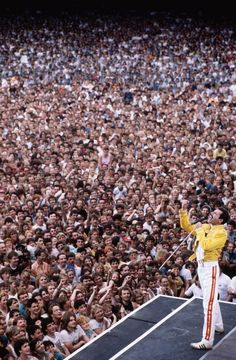 Freddie Mercury leading the crowd at Wembley Stadium - pics Brian May, John Deacon, Queen Songs, El Rock And Roll, Rock And Roll Bands, Roger Taylor, We Will Rock You, Wembley Stadium, Pop Rock