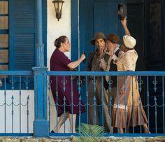 Cunegundes é barrada na porta de casa pelos empregados da fazenda (Foto: Fabiano Battaglin/Gshow)