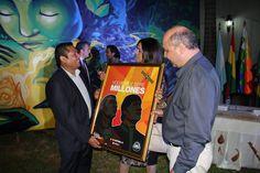 Con el Excelentísimo Embajador del Estado Plurinacional de Bolivia, Rosendo Alpiri Nominé; le hice entrega de un obsequio que traje de Bolivia y el Ing.Raul Silva.