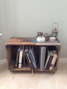 Fruitkistje als bijzettafel / boekenkastje op wieltjes
