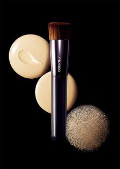 Perfect Foundation Brush: Um einen Pinsel zu kreieren, der mit jeder Foundation ein makelloses Finish zaubert, engagierte #Shiseido einen Meister der japanischen Pinselfabrikation. Durch eine Kombination gewellter und gerader Borsten mit diagonaler Anordnung passt er sich allen Gesichtskonturen an.