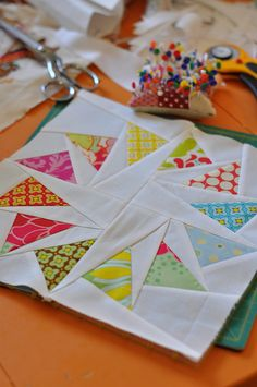 flying geese in a circle-just in case i ever feel the need Cute Quilts, Scrappy Quilts, Mini Quilts, Quilting Tutorials, Quilting Projects, Quilting Designs, Quilting Ideas, Paper Piecing Patterns, Quilt Patterns