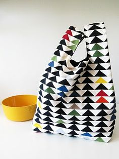 Fabric bag with grocery plastic bag's pattern. Diy Bags Purses, Diy Purse, Sewing Tutorials, Sewing Crafts, Sewing Projects, Bag Patterns To Sew, Tote Pattern, Fabric Bags, Quilted Bag