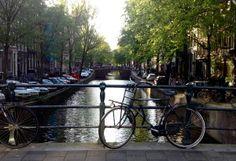 Jordaan è il quartiere più bello di Amsterdam. E' fatto di vicoli e canali. La cosa più bella da fare qui è andare a zonzo senza meta, scoprendo la fiaba dietro ad ogni angolo di questo quartiere.