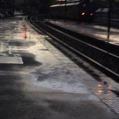 à l'heure en gare, à quai, en retard,  il pleut des arrivées et départs. hervé pizon Herve, Color Stories, Dark, Colour, Photography, Outer Space, Color, Colors