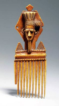 Ivory Coast The eleven teeth topped with a diamond-shaped panel supporting a bearded head raised to the cap formed of vertical braids, back incised geometric patterns. Afro Comb, Afro Pick, African Braids Styles, African Masks, African Hair, Tribal Hair, Vintage Hair Combs, Africa Art, African Jewelry