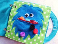 «Hungry Monster» - une seule page à ajouter à votre livre personnalisé. Amusez-vous à ouverture et fermeture de la bouche du monstre pour nourrir les pompons floue! Votre tout-petit peut pratiquer à l'aide d'une fermeture à glissière et comptant le nombre de poms le monstre mange! Personnaliser la couleur de la page et la couleur de monstre! Les yeux écarquillés peuvent être remplacés avec des yeux en feutrine sur demande.  Calmes livres sont une excellente façon de garder vos enfants…