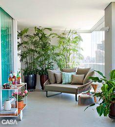 01-varanda-de-apartamento-em-sao-paulo-e-cheia-de-plantas-e-vasos