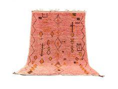 Ce véritable tapis azilal marocain a été tissé à la main par les femmes berbères de la région de l'atlas pour un usage domestique. Ce tapis est fait d'une laine fine et bien classée qui lui donne une touche douce et soyeuse. Chaque type de tapis ont un design unique et des couleurs qui ajoutent à l'unicité et l'histoire riche de cette tribus et aussi ils jouent un rôle d'exprimer la vie quotidienne de son fabricant. Ces œuvres d'art peuvent être utilisées comme tapis de sol ou il peut être Overstock Rugs, Beni Rugs, Moroccan Style Rug, Pink Carpet, Square Rugs, Large Area Rugs, Types Of Rugs, Berber Rug, Pink Rug