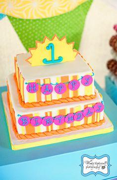 Una alegre tarta para un 1er cumpleaños, via blog.fiestafacil.com / A sunny cake for a 1st birthday party, via blog.fiestafacil.com