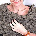Une belle idée trouvée sur le site de Femme actuelle: le bandeau d'épaules! J'ai tout de suite été conquise par l'aspect moelleux du point... Bandeau, Capes, Point, Shawls, Fingerless Gloves, Arm Warmers, Knit Crochet, Socks, Knitting