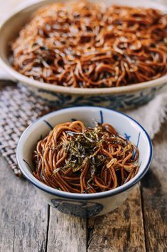 Shanghai Scallion Oil Noodles (Cong You Ban Mian) recipe by The Woks of Life Shanghai Noodles, Shanghai Food, Shanghai Recipe, Chinese Noodle Dishes, Asia Food, Wok Of Life, Crispy Pork, Asian Recipes, Ethnic Recipes