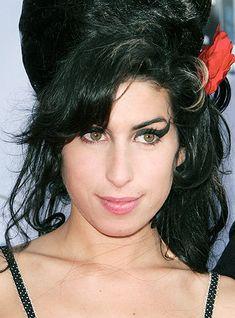 Amy Winehouse – Um imenso talento derrotado pelo álcool e pelas drogas.