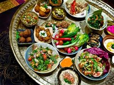 A mezze is a selection of small dishes served in the Mediterranean, Middle East and Balkans as breakfast, lunch or even dinner, with or without drinks. Middle East Food, Middle Eastern Recipes, Detox Recipes, Healthy Recipes, Detox Foods, Lunch Recipes, Morrocan Food, Moroccan Theme, Lebanese Recipes