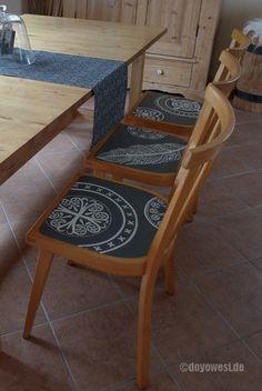 Drei stabile 50er-Jahre-Stühle aus Buchenholz konnte ich im letzten Jahr vom Sperrmüllhaufen retten. Nach einer gründlichen Reinigung, kamensie im Austausch zu den mittlerweile brüchig und wackelig gewordenenRattan-Flechtstühlen vom 'Schweden', an unseren Küchentisch. Die mit rotem Kunststoff bezogene, herausnehmbare Sitzfläche meiner 'neuen Küchenstühle' deckte ichmit Kissen ab. Vor ein paar Tagenentschied …