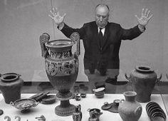 1960 : Alfred Hitchcock visita la mostra dei reperti archeologici di Spina al…