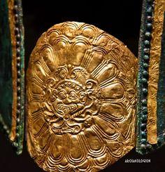 Gold gorgoneion