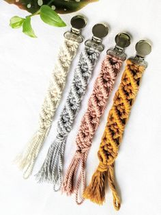 Makramee Schnullerkette Macrame Pacifier holder Paci Clip for Baby Girl Baby Boy baby shower baby teether Teething Toy Shower Bebe, Baby Shower, Plants For Hanging Baskets, Baby Mobile, Baby Christmas Gifts, Christmas Ideas, Pacifier Holder, Baby Teethers, Teething Toys
