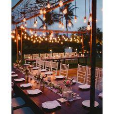 Simples e encantadora o charme dessa decoração está nas lâmpadas penduradas #hanging #lights #decoração #tabledecor #decor #decoraçãodecasamento #lighting #simples #madeira #iluminação #lampada
