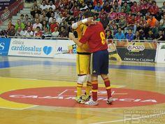 Abrazo entre Kike y Juanjo. Kike se despide de la selección. @SeFutbol España-Grecia. Homenaje a Kike Boned. Ginés Rubio @grl48