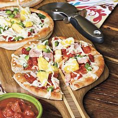 Turn dinner into a luau with these Hawaiian main-dish recipes. Fun Cooking, Cooking Recipes, Healthy Recipes, Healthy Cooking, Cooking Time, Healthy Eats, Pizza Recipes, Dinner Recipes, Hawaiian Pizza