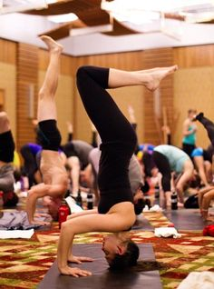 Top 10 Yoga Class Etiquette Rules! If your new to yoga or never been trained by a yogie, then I would totally read this article so you dont fell under-experienced and make an embarrassing mistake in yoga class!