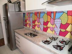 Tempos atrás, revesti os armários da minha cozinha com papel contact totalmente branco. Ficou bom, mas como os azulejos são de outra cor...