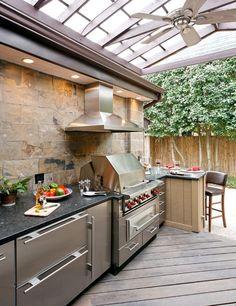 Det är något visst med att laga mat under bar himmel, och med en sjysst grill kommer man långt. Men steget från enbart en grill till ett mer komplett utkök behöver varken vara stort eller dyrt. Här kommer lite fin uteköksinspiration.
