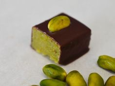 Marzipan praline is a recipe with fresh ingredients from the kernel category. Try this and other recipes from EAT SMARTER! Kid Desserts, Healthy Dessert Recipes, Candy Recipes, Homemade Chocolate, Chocolate Desserts, Chocolate Protein, Praline Recipe, Pastry Recipes, Cookies Et Biscuits