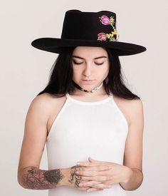Sombrero mod. Chambergo con bordado /corazón = flor/ #ArteTextilPeruano #SomosLibres #BordadoAyacuchano