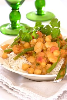 Coconut and Bean Curry: This delicious bean curry with an Asian twist will fill your kitchen a mouthwatering fragrant aroma! #MeatFreeMonday #vegetarian