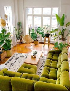 Bohemian living ideas - home accessories - Bohemian home decor ideas Informations About Böhmische Wohnideen – Wohnaccessoires Pin You can ea - Boho Living Room, Home And Living, Living Room With Plants, Living Room Decor Green Couch, Green Living Room Ideas, Colorful Living Rooms, Living Room Decor Eclectic, Colorful Couch, Cute Living Room