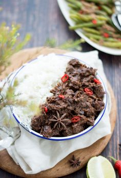 Indonesische rendang uit de slowcooker Indonesian rendang from the slow cooker. A delicious, easy recipe from the slow cooker. Serve rendang with rice and vegetables.