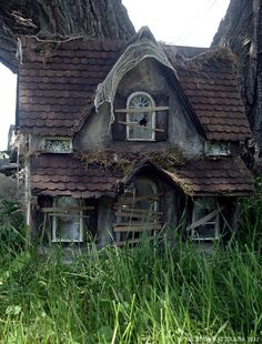 Pixie Hill: The abandoned house is done! Looks like a toy abandoned house Abandoned Property, Old Abandoned Houses, Abandoned Mansions, Abandoned Buildings, Abandoned Places, Old Houses, Abandoned Castles, Creepy Houses, Spooky House