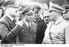 """Führerhauptquartier """"Wolfsschanze"""" bei Rastenburg, Ostpreußen.- Adolf Hitler im Gespräch mit Robert Ley, Ferdinand Porsche und Hermann Göring"""