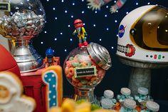 A Jazz Assessoria foi buscar no espaço sideral a inspiração para a festinha. Bolo e docinhos da Sweet Carolina e peças da Pop Mobile completaram o decor
