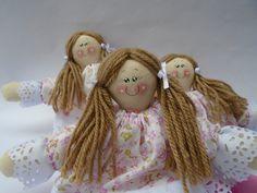 Bonequinha de pano 16 cm. <br>Ideal para ser usada como lembrancinha ou decoração. <br>fazemos também o bonequinho.