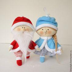Купить или заказать Дед Мороз и Снегурка Текстильные куклы - подвески Игрушка на Елку в интернет-магазине на Ярмарке Мастеров. Дед Мороз и Снегурка Текстильные куклы подвески Игрушки на Елку Маленькие Дед Мороз и Снегурочка Могут быть елочными игрушками - есть петелька для подвешивания. Можно повесить на елку или поставить под елку, если елочка маленькая Подарок на Рождество Подарок на Новый Год для родных, друзей или коллег Еще игрушки на Елку www.livemaster.ru/fetastyle?cid=494749…