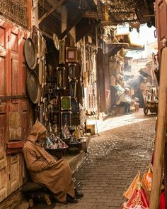 """1,062 mentions J'aime, 15 commentaires - Marrakech (@inmarrakech) sur Instagram: """"""""....light that makes its way through houses and roofs... ...Traders - who prepare their shops and…"""""""