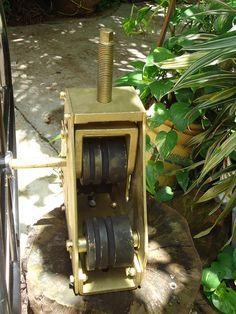 Forocopia ya, roladora - curvadora de perfiles importada de USA -  La roladora usa 3 dados, uno arriba que es el de tracción y dos abajo que funcionan como rodillos locos, estos dos últimos giran sobre rodamientos dispuestos uno a cada lado del rodillo.