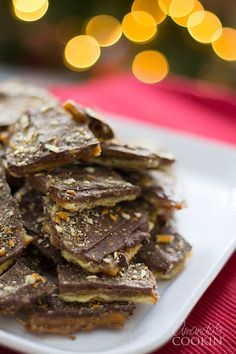 SALTINE TOFFEE Making toffee from Saltine crackers is easy! This Saltine toffee recipe only uses 4 ingredients and makes a great edible Christmas gift. Cookie Desserts, Christmas Desserts, Christmas Baking, Easy Desserts, Delicious Desserts, Yummy Food, Christmas Cookies, Christmas Crack, Xmas