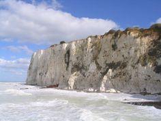 Falaise de craie de Mers-les-Bains à marée haute. Chalk cliff of Mers-les-Bains at high tide (photo de Ricardo Boimare, Wikimedia)