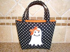 Cute Halloween trick or treat tote bag appliqued with a happy ghost! Halloween Sewing, Halloween Tags, Halloween Quilts, First Halloween, Halloween Trick Or Treat, Halloween Projects, Fall Halloween, Halloween Ideas, Trick Or Treat Bags